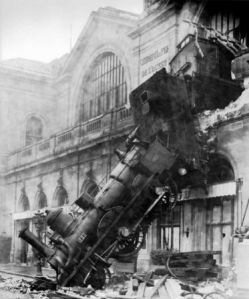 Train_wreck_at_Montparnasse_1895_m